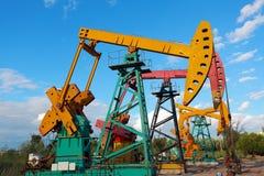 Złoty kolor żółty i różowa Nafciana pompa surowy oilwell takielunek Fotografia Stock
