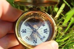 Złoty kompas w ręce obrazy stock
