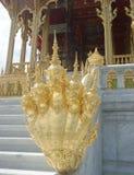 Złoty królewiątko Naga rzeźbi przy Ruen Yod Bar Mungkalanusaranee pawilonem pod jaskrawym niebieskim niebem Zdjęcia Royalty Free