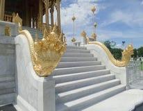 Złoty królewiątko Naga rzeźbi przy Ruen Yod Bar Mungkalanusaranee pawilonem pod jaskrawym niebieskim niebem Zdjęcie Royalty Free