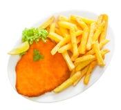 Złoty kruszący cielęciny schnitzel z frytkami zdjęcie royalty free