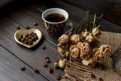 Złoty kształtujący spodeczek z piec kawowymi fasolami Obraz Royalty Free