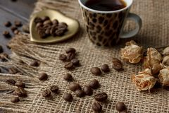 Złoty kształtujący spodeczek z piec kawowymi fasolami Obraz Stock