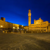 Złoty kwadrat pod błękitnym nocnym niebem Zdjęcie Royalty Free
