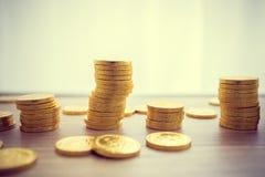Złoty monety pojęcie na drewno stole Podatnika biznesu pojęcie Obrazy Royalty Free