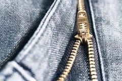 Złoty mosiężny suwaczek na niebieskich dżinsach Selekcyjna ostrość Zdjęcia Stock