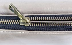Złoty mosiężny suwaczek na rzemiennej torbie Selekcyjna ostrość Obraz Stock
