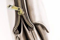 Złoty mosiężny suwaczek na rzemiennej torbie Selekcyjna ostrość Obrazy Stock
