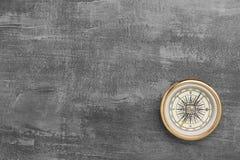 Złoty nawigacyjny kompas na rocznik szarość tle fotografia royalty free