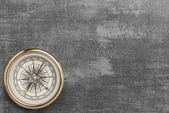 Złoty nawigacyjny kompas na rocznik szarość tle zdjęcie royalty free