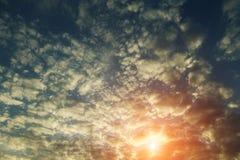 Złoty niebo przy wschód słońca tłem obraz stock