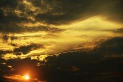 Złoty niebo przy wschód słońca tłem zdjęcia stock