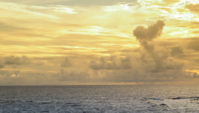 Złoty niebo Salvador Bahia Brazylia i Denny błękitny Ondina fotografia stock