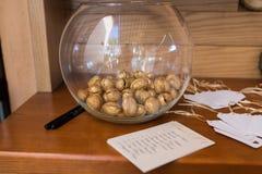 Złoty orzech włoski w szklanej round wazie Zdjęcia Royalty Free