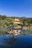 Złoty pawilon w Japońskim tradycyjnym ogródzie obrazy stock