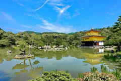 Złoty pawilon & x28; wywoławczy Kinkakuji w Japanese& x29; w jaskrawym niebo dniu Obrazy Stock