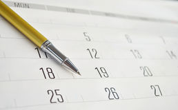 Złoty pióro na kalendarzu obrazy stock
