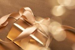 złoty piękny prezent Obrazy Stock