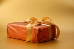 złoty piękny pudełkowaty prezent Zdjęcia Royalty Free