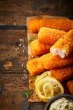 Złoty piekarnik piec kruszący rybi kije obraz stock