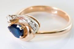 złoty pierścionek, diamenty szafir Zdjęcia Royalty Free