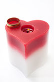 Złoty pierścionek i świeczka w kierowym kształcie Obrazy Stock