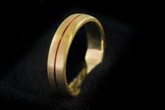 Złoty pierścionek na czarnej tkaninie 1 Zdjęcia Stock