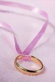 złoty pierścionek różowe wstążki Zdjęcie Stock