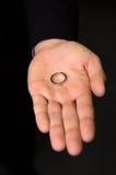 złoty pierścionek ręka Zdjęcia Royalty Free