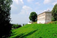 Złoty pierścionek Rosja. Widok szczątki Kostroma Kremlin na banku Volga rzeka: wałowy i budynku duchowieństwa obrazy royalty free