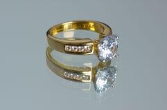 złoty pierścionek z diamentem Obrazy Stock