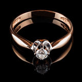 Złoty pierścionek z diamentem odizolowywającym na czerni Obrazy Stock