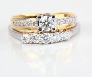 Złoty pierścionek z diamentowym i współczesnym diamentowym pierścionkiem. Obrazy Stock
