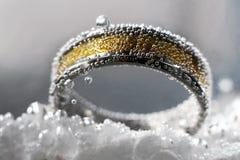 Złoty pierścionek z wodnymi bąblami zdjęcie royalty free