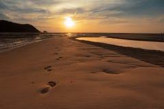 Złoty plaży i piaska odcisk stopy sunie morze w wschód słońca Denny południowy Tajlandia, Koh Yao Yai, Phang Nga fotografia royalty free