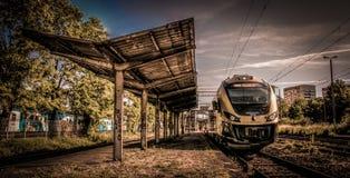 Złoty pociąg na starej staci Zdjęcie Stock