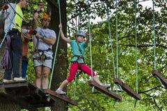 Złoty Potok Polska, Lipiec, - 23, 2016: Goście w przygody parkowy ono wdrapuje się z arkanami są ubranym ochronnych hełmy Zdjęcie Stock
