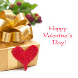 Złoty prezenta pudełko, czerwony serce i róże odizolowywający, Obrazy Royalty Free