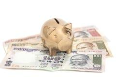 Złoty prosiątko bank na indyjskiej rupii Obraz Stock