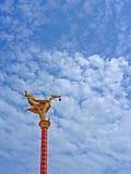 Złoty Ptasi architekt na słupie Zdjęcia Stock