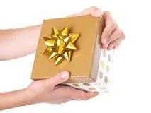 złoty pudełkowaty prezent zdjęcie stock