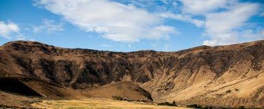 Złoty pustynny jar pod błękitnym chmurnym niebem zdjęcia royalty free