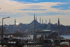 Złoty róg staci metru mosta meczetów ruch drogowy Istanbuł zdjęcia royalty free