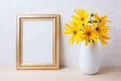 Złoty ramowy mockup z żółtym rosinweed kwitnie w wazie Obraz Royalty Free