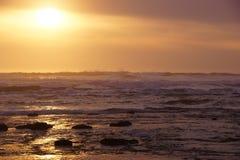 Złoty słońca położenie na Pacyficznym oceanie Obraz Stock