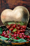 Złoty serce i świeże czerwone wiśnie Fotografia Royalty Free
