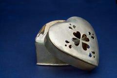 Złoty serce kształtujący pudełkowaty błękitny tło obrazy stock