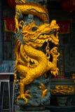 Złoty smok na słupie Tua Pek Kong chińczyka świątynia Bintulu miasto, Borneo, Sarawak, Malezja Zdjęcia Royalty Free