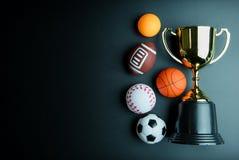 Złoty trofeum, futbol zabawka, baseball zabawka, śwista pong piłka, Baske Obraz Royalty Free