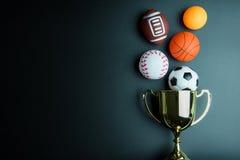 Złoty trofeum, futbol zabawka, baseball zabawka, śwista pong piłka, Baske Fotografia Stock